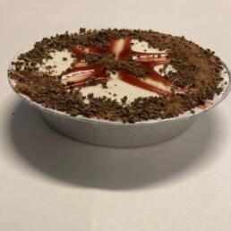 Vegansk islagkage i 2 lag pyntet med jordbær glaze og vegansk chokoladedrys.