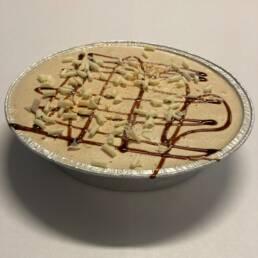 Karamel gelato irørt creme brulee og pyntet med mørk og hvid chokolade og guldstøv.